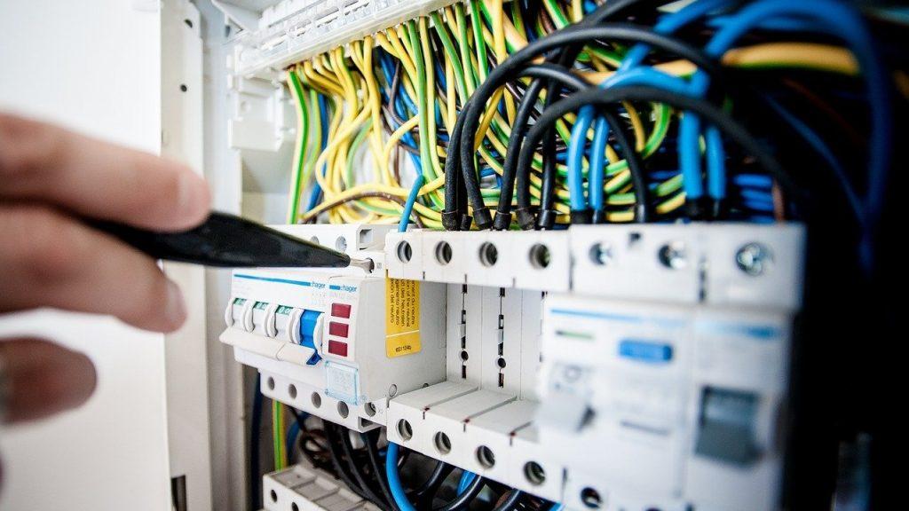 スイッチング電源(SMPS)とは?仕組み、種類、特徴を簡単に解説